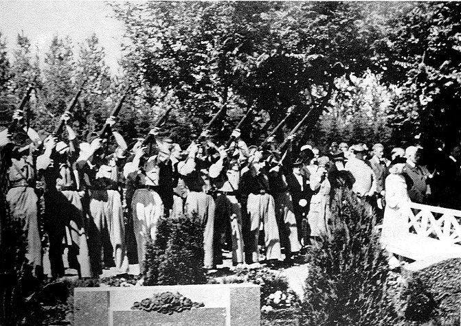 1b027408c57 BEGRAVELSE AF EN AF DE HENRETTEDE FRIHEDSKÆMPERE 4/7 1945