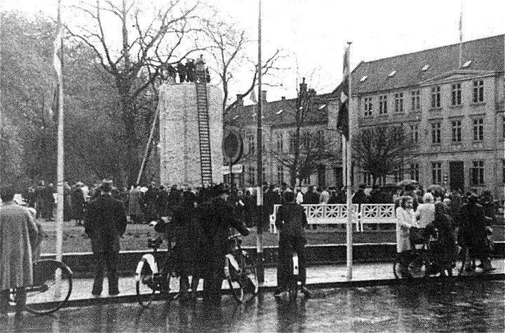 fa195180146 MUREN ON STATUEN FJERNES 4-5/5 1945